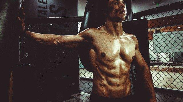 Fitness Model am Sandsack